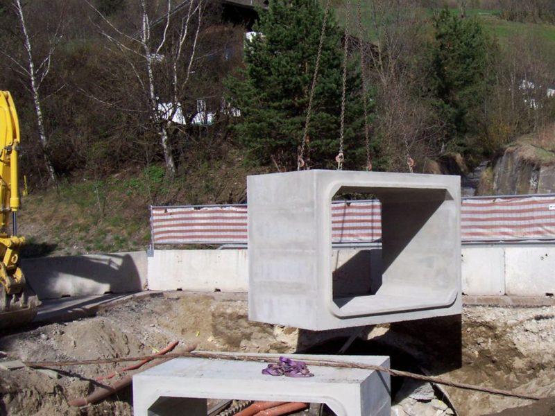 passaggio di rio sotto la SS 12 del brennero con scatolare di sezione interna 2750 x 2000 di altezza