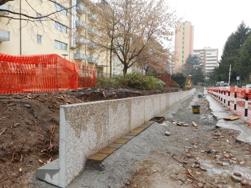 viale europa, posa di muretti a L  h.900 per contenimento area verde