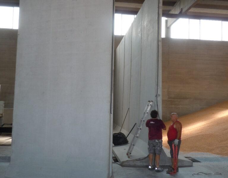 2017 Padova: posa di moduli a d T rovescio di altezza 6000 mm. per dividere un capannone