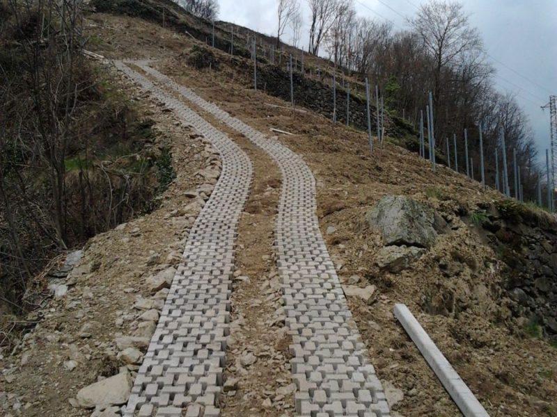Bressanone - Aprile 2013: posa piastre euro-green su stradina transito  trattori