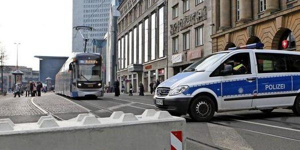 500 Mal hin und her Polizeifahrzeuge als mobile Sperren in Leipzig pdaBigTeaser 600x300 - Dissuasori antiterrorismo - City Art Solutions arredo-urbano