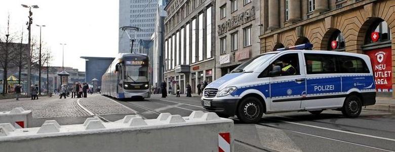 500 Mal hin und her Polizeifahrzeuge als mobile Sperren in Leipzig pdaBigTeaser - Dissuasori antiterrorismo - City Art Solutions - arredo-urbano-