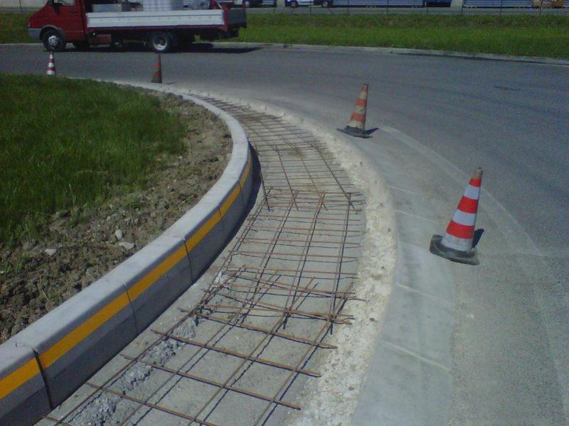 esempio di posa in opera di cordoli in pezzi da 500 mm. con striscia catarifranente 3M inglobata nella costruzione interna di una rotatoria stradale