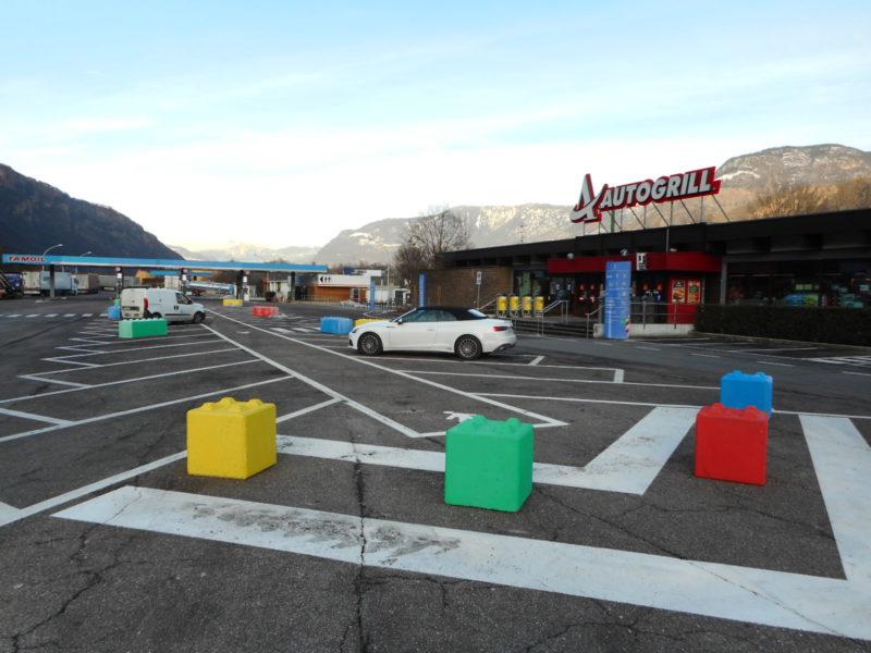 color lego serie 600 per ostacolare il parcheggio di TIR su parcheggi adibiti alla sosta auto