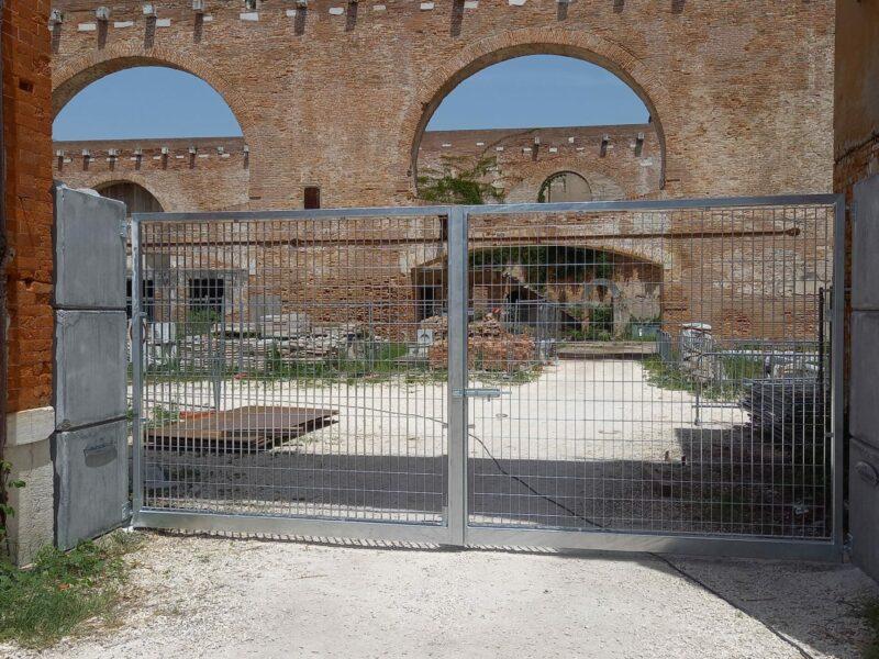 posa di cancelli con strutture portanti in eurolego serie 800 per chiusura dell'arsenale a Venezia