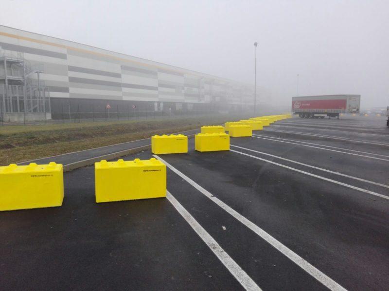 Piacenza: posa di colorlego 1200x600x600 usati per delimitare la retromarcia dei bilici nel piazzale