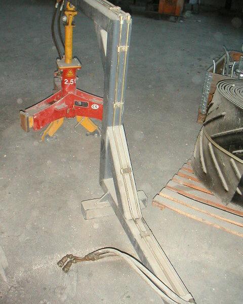 pinza idraulica seminuova idrofix completa di braccio per il carello elevatore uso sollevamento di pozzetti e coni circolari dn.1000 - dn.1200 a € 3000.00