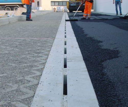 cantiere di Cantu' - novembre 2011: stesura asfalto a fianco di canali R20 F900 presso parcheggio concessionaria AUDI