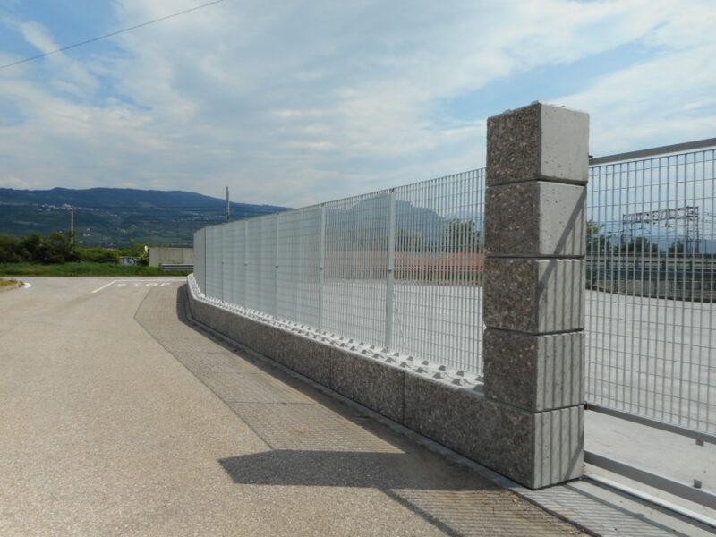 dolomitilego con rivestimento serie 600 con recinzione orsogrill di altezza 2600