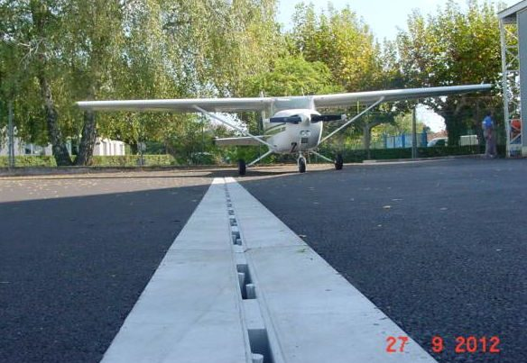 aereoclub varese 584x403 - D400 o F900 - Canali a fessura per aereoporti autoportanti drenaggio-superficiale-delle-acque