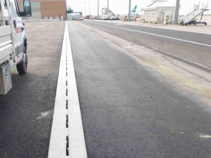 VENEZIA AEREOPORTO MARCO POLO -settembre 2013 : posa di canali a fessura R20x30 in classe F900