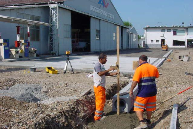 cantiere di Varese - settembre 2012: posa di canali R20 F900 nell'areoporto civile