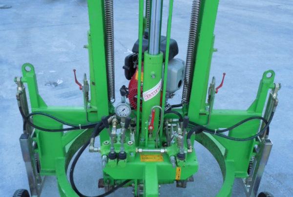 alzachiusini motorizzato full idraulico Hans Joch 600x403 - Attrezzature per la movimentazione e posa attrezzature