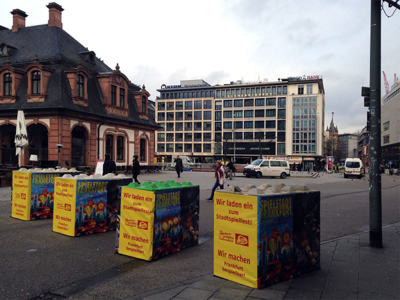 anti terror beton poller mit werbung 800x600 - Dissuasori antiterrorismo - City Art Solutions - arredo-urbano-