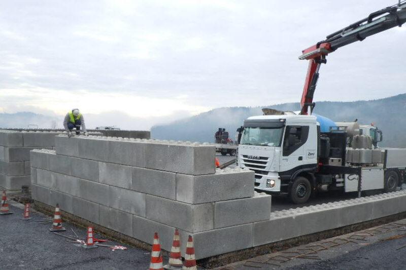 fase di posa eurolego serie 600 per la formazione di 2 silos per il sale