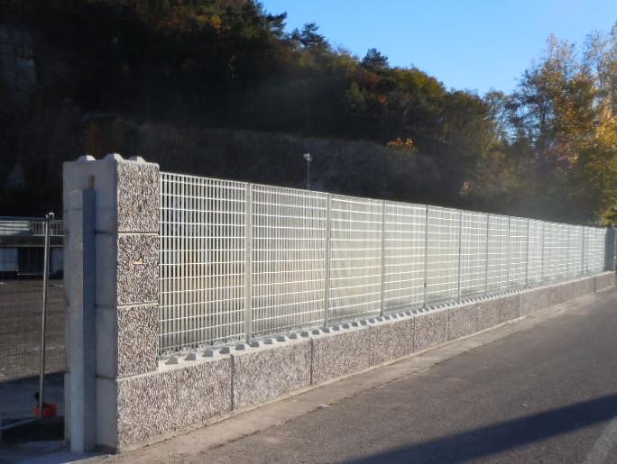 Trento 2016 posa in opera di recinzione industriale orsogrill su moduli dolomitilego con relativi capitelli