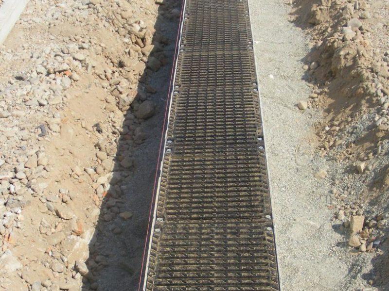 """cantiere di valenza po 800x600 - C250 - D400 - Canali grigliati tipo """"smart security"""" imbullonati in cemento - drenaggio-superficiale-delle-acque-"""