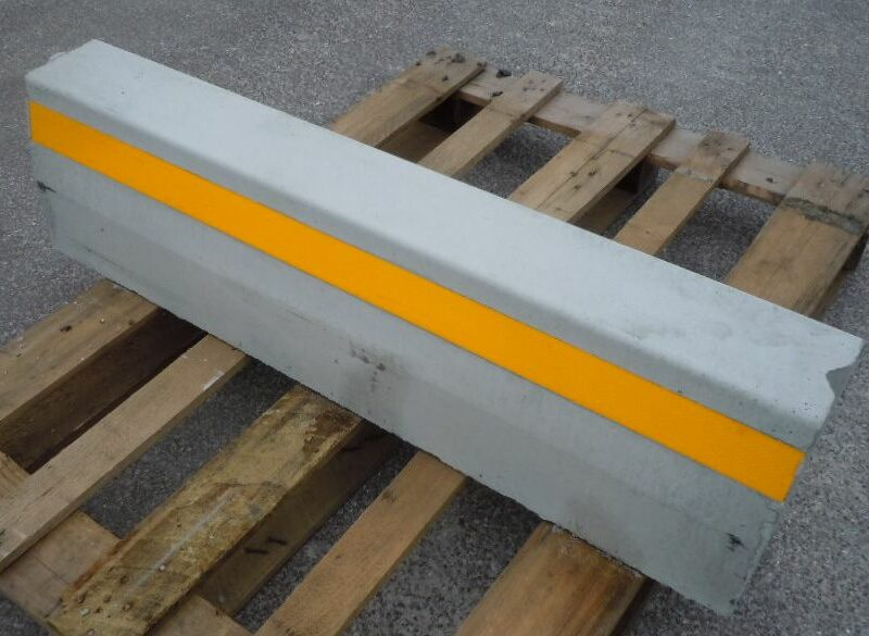 cordolo con catarifrangente 1 800x585 - BORDSTEIN - strassenbau-