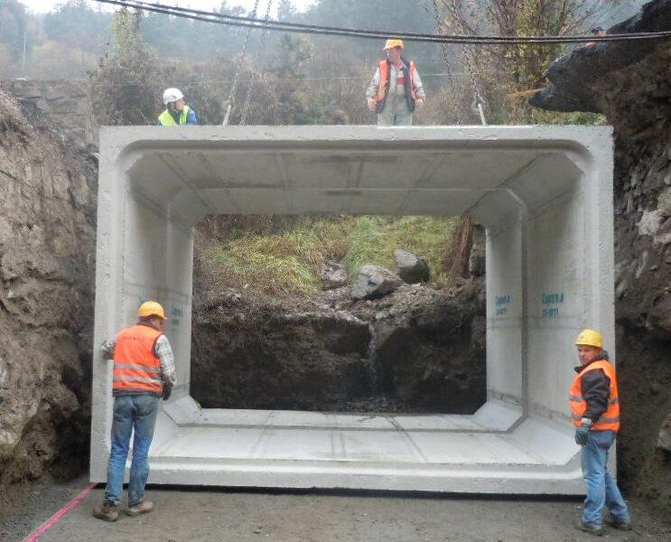 passaggio di rio sotto la SS 242 della Val Gardena con scatolare di sezione interna 4500 x 3000 di altezza
