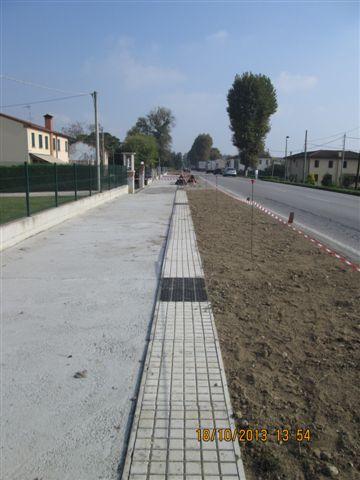 ottobre 2013 posa in opera di canali 480x440 con chiusino in cemento antiscivolo alternato a sistema misto e griglie in ghisa D400 nei passi carrai