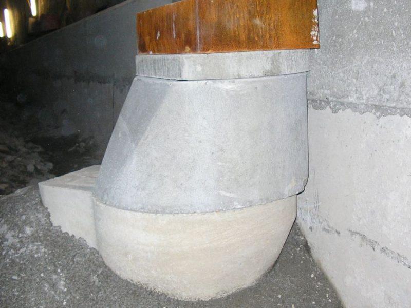 Aprile 2014: posa in opera di pozzetto pluviale per galleria con sifone esterno e caditoia 500x300 con cestello