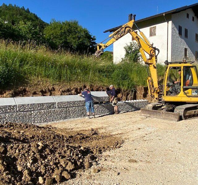 serie 600 dolomitilego con rivestimento in pietra dolomitica per la formazione di muretto h.1200 di delimitazione parcheggio