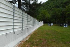 new jersey a doppio piede con recinzione grandi lavori verniciata RAL 9010 di altezza complessiva 3000 mm. per protezione campo di tiro con l'arco