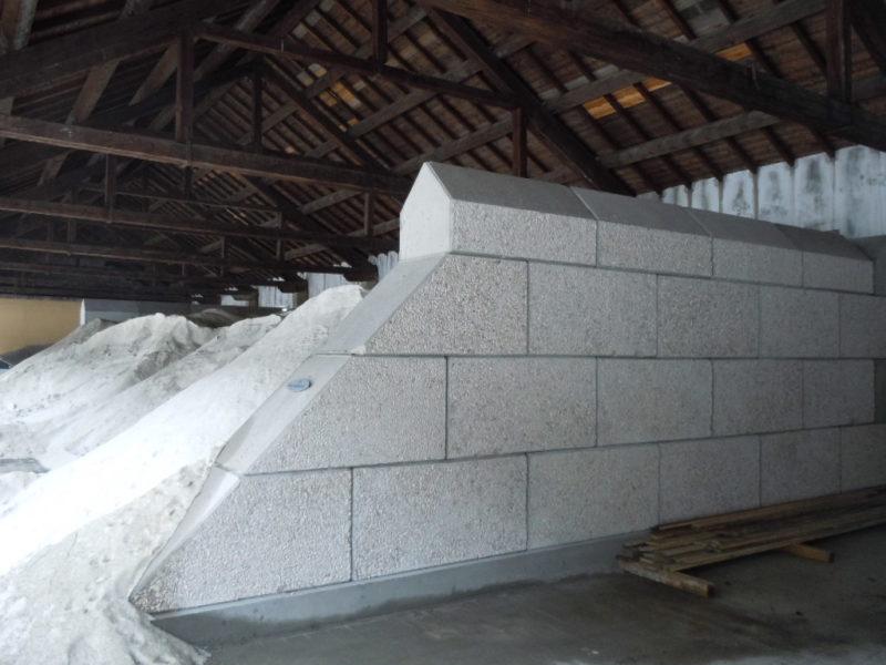 vista con silos pieno di sale