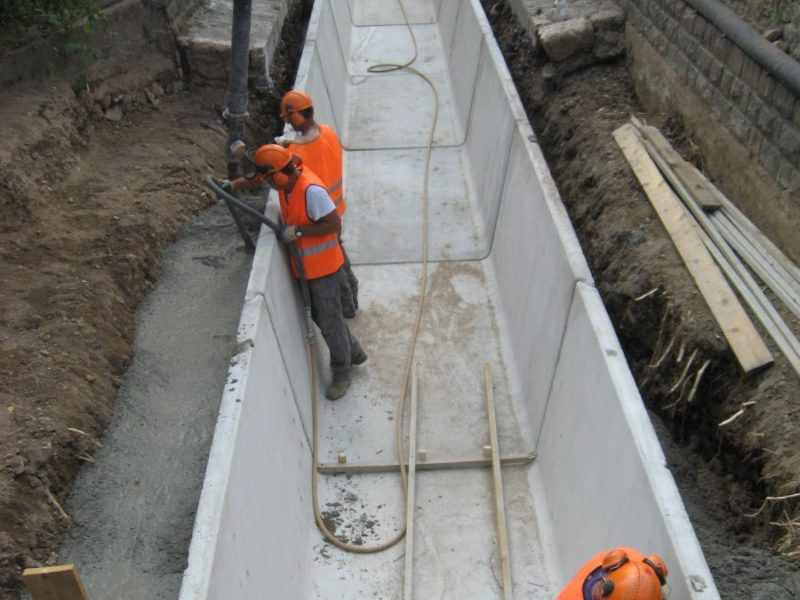 TRENTO  luglio 2013 : posa elementi trapezoidali 1800x1350 per incanalamento del rio Carpenedi